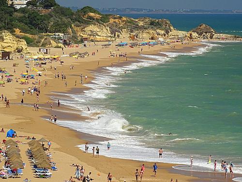 Portugalská Albufeira se nachází přímo na jihu této překrásně středomořské země, která leží na samotném západě Evropy. Ti, kdo Portugalsko již vminulosti navštívili, budou Albufeiru patrně znát jako velmi oblíbené plážové letovisko, kam míří tisíce turistů za nádherným koupáním a kvalitním...