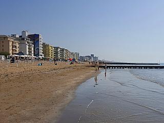Lido di Jesolo u Benátek nabízí dlouhou písečnou pláž (Itálie)