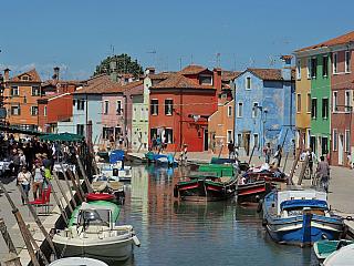 Ostrov Burano hraje všemi barvami (Itálie)