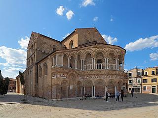 Za osídlení ostrova Murano a jeho bohatství mohou zkrátka skláři, to je historicky známá věc. Na konci třináctého století se produkce proslulého benátského skla přemístila na ostrov Murano, jenž je situován asi půl druhého kilometru od Benátek samotných. Zostrova nemohl nikdo odejít, aby se...