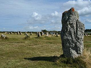 Pointe de Pen-Hir – úchvatný mys, ležící na poloostrově Crozon, ohraničený strmými pískovcovými útesy a třemi ostrovy zvanými Les Tas de Pois, neboli