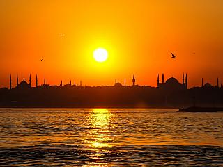 Istanbul přímo dýchá historií a orientem. Toto magické město v Turecku, kde se setkává východ i západ, nabízí mimořádný kulturní zážitek. Není mnoho měst, která by měla takovou koncentraci historických památek, nákupních zón, hotelů a restaurací v pěší vzdálenosti.Istanbul je přehlídkou slavné...
