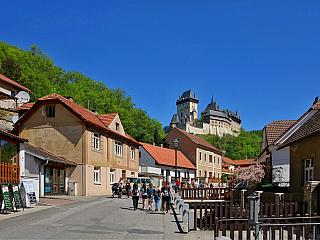 Hrad Karlštejn Jeden zvůbec nejslavnějších českých hradů, který nese své jméno po císaři Karlu IV. Stavěl se od poloviny čtrnáctého věku a prošel řadou úprav vpozdějších staletích, sloužil jako reprezentativní sídlo panovníkovo a místo, které ukrývalo nejcennější státní klenoty. Gotické...