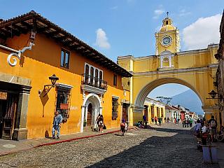 Guatemala se rozkládá na zhruba 110 tisících kilometrech čtverečních, což ji řadí ve statistikách těsně za hranici první světové stovky. Stát, který oficiálně vznikl vroce 1821, když vyhlásil nezávislost na Španělsku, obývá vsoučasnosti necelých patnáct milionů obyvatel (v tomto je Guatemala...