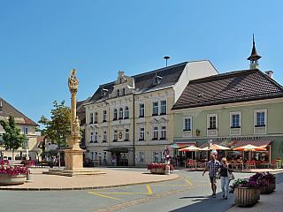 Necelých patnáct tisíc obyvatel a několik skutečně zajímavých architektonických památek. I o tom je městečko Feldkirchen in Kärnten, které jak už název napovídá, rozprostírá se vúdolí pod Alpami, nedaleko italských a slovinských hranic (Slovinci mu říkají jednoduše Trg). Bylo jedním zcenter...