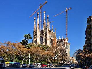 Když se řekne Barcelona, většina lidí si automaticky vybaví právě tuhle stavbu –Sagrada Família (chrám Svaté rodiny), monumentální dílo španělského architekta Antonia Gaudího. Stavět se začala vroce 1882 a dosud nebyla dokončena. A to není zdaleka jediná zajímavost, která je stouto stavbou...