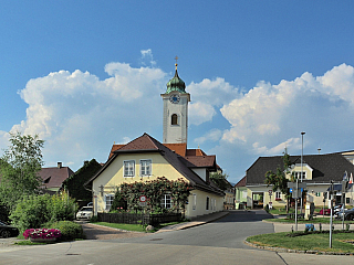 """Feldkirchen in Kärnten je patnáctitisícové město, kterému Slovinci také říkají jednoduše """"Trg"""". Někdejší římské Beliandrum se nachází nedaleko alpských vrcholků a slovinských nebo italských hranic. Hlavní centrum stejnojmenného okresu, slavné díky mnoha řemeslům, obklopené loukami a lesy. Mírně..."""