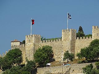 Hrad svatého Jiří, tedy Castelo de Sao Jorge, se nachází vportugalském Lisabonu. Rozkládá se na nejvyšším bodě celého města – 130 metrů nad mořem vysokém pahorku. Už jen díky tomu představuje jednoznačnou dominantu celého města, dojem je však ještě podpořen jeho opevněným vzhledem a...