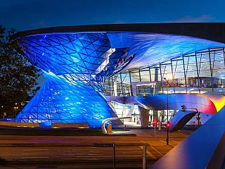 Bavorská metropole Mnichov je centrem cestovního ruchu, vždyť právě zde žije půl druhého milionu obyvatel a více než osm století historie města je znát na každém kroku. Turisté sem nejezdí však jen za historií, jedno znejjižněji položených německých měst nabídne i pohled na olympijský stadion...