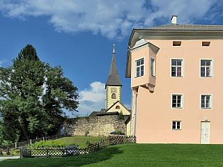 Místo, kde dnes nežije ani tisíc stálých obyvatel, ale vminulosti bylo skutečně významným pro širokou oblast. Ossiach je známý a turisty navštěvovaný hlavně díky klášteru, který původně patřil benediktinskému řádu a sloužil svému účelu po celých dlouhých osm století, až do rozhodnutí Josefa II....