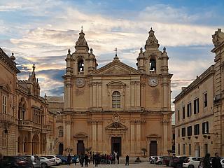 Mdina je opevněné středověké město na návrší uprostřed ostrova Malta. Právě tato strategická poloha uprostřed ostrova, co nejdál od pobřeží lákala obyvatele Malty kosídlení. První lidé zde začali budovat příbytky již před 6000 lety. První opevněné město zde vybudovali Féničané asi 7 století...