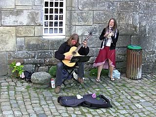Pouliční muzikanti v Locronan (Francie)
