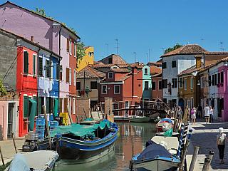 Benátky jsou okouzlující město, ale až vás začnou nudit vydejte se prozkoumat další zajímavá místa Benátské laguny. Jedním zmíst, které cestovatele a turisty přitahuje jako magnet je nevelký ostrov Burano. Ostrov Burano je od Benátek vzdálen asi 7km a vaporettem (lodní autobus) se sem dostanete...
