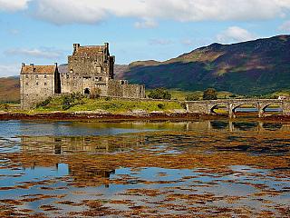 Středověký hrad Eilean Donan je symbolem Skotska (Velká Británie)