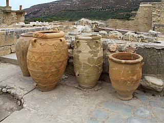 """Tento středomořský ostrov má za sebou poměrně dlouhou a bohatou historii, která """"ve velkém"""" začala sminojskou civilizací mezi třetím a druhým tisíciletím před naším letopočtem. Trvalé osídlení se ale datuje do mnohem dřívější epochy. Minojská civilizace, která na Krétě vydržela více než třináct..."""