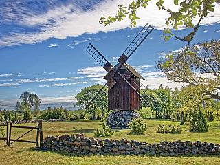 Nejmenší zpobaltských republik má za sebou dlouhou historii, ale nabídne cestovatelům i nádhernou přírodu, která se vněčem trochu podobá i té naší. Estonsko má hned pět velkých národních parků, průměrná nadmořská výška je přitom symbolických padesát metrů! Lesy tvoří dvě třetiny země,...