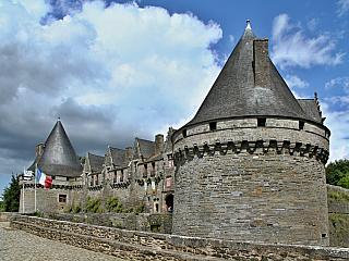 Přestože je Bretaň poměrně chudým regionem vporovnání sostatními regiony Francie, nabízí mnoho tváří pro cestování a výlety. Většina zdejších měst a městeček je spjata se středověkem nebo obdobím mnohem starším, například megality vCarnacu, které byly vystavěny vdobách neolitu. Mnohá města...