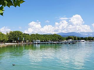 Jezero Wörthersee je hned vedle historického města Klagenfurtu (Rakousko)