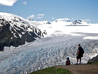 Také jste si vždy mysleli, že ktomu, abyste se dostali na ledovec, musíte nejprve vystoupat vysoko do hor nebo si zaplatit let vrtulníkem? Omyl, na Aljašce můžete navštívit ledovec během relativně krátkého výstupu. Kde? Nedaleko města Seward v národním parku Kenai Fjords. Exit Glacier Ledovec...