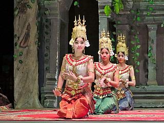 Království, které ukrývá skutečné skvosty a je pro evropské turisty zatím spíš trochu neznámou. A není to škoda? Khmerská říše už sice na mapě není, hrůzami dvacátého století si už země také prošla. Dnes je Kambodža bezpečnou destinací, kam se cestovatelé vůbec nemusí obávat a která pomalu...