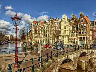 Nizozemské město, které má tu čest být zemským centrem už více než dvě stě let. Parlament a král však sídlí vHaagu, přesto je Amsterdam velmi významný a také vsamotném Holandsku vůbec nejlidnatější. A třeba UNESCO je tady jako doma, protože drží pomyslný patronát nad dvěma velkými památkami....