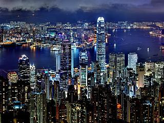 Hong Kong hraje tisíci světel ve dne v noci (Čína)