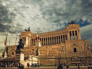 Italská bota byla od konce antických časů tvořena obvykle několika nezávislými státy, které mezi sebou dokonce bojují. Vzpomeňme na Benátky, Lombardii, Janov, Papežský stát, Toskánské velkovévodství a další, své vlastní království měla díky dobrodružným bratřím Guiscardům i Sicílie a zapomenout...