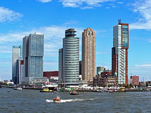 Milion obyvatel a jedna velká nížina. Rotown, Roffa nebo Nultien, alespoň podle přezdívek starousedlíků. Rotterdam je bohatým přístavním městem, které má za sebou osm století moderní historie. VNizozemsku je druhé největší a co se týče infrastruktury, také jedno znejnovějších. Za druhé světové...