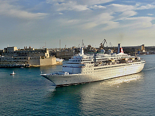 Fotogalerie výletní lodě Black Watch vyplouvající z Valletty (Malta)