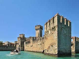 Hrad Rocca Scaligera v Sirmione na břehu Lago di Garda (Itálie)
