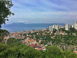 """Rijeka je moderním městem s jedním z největších přístavů Jaderského moře. V současnosti má více než sto tisíc obyvatel a právem jí tak patří titul třetího největšího města dnešního Chorvatska, hned po Záhřebu a Splitu. Samotný název Rijeka je obdobný našemu výrazu """"řeka"""", nakonec italský výraz..."""