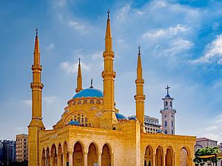 Podle encyklopedie je Libanon stát na Blízkém Východě, při východním pobřeží Středozemního moře. Hraničí na východě se Sýrií a na jihu sIzraelem. Já ovšem vtěch jedenácti tisících kilometrech čtverečních vidím něco daleko většího. Představte si jejich národní strom - cedr, dlouhověký,...