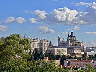 Královský palác a katedrála v Madridu (Španělsko)
