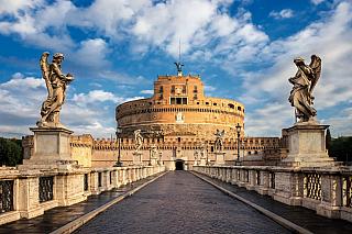 Věčné město, kolébka jedné velké antické civilizace, spoustu památek napříč územím, kterým protéká řeka Tibera. Jistě, Řím pamatuje mnohé, je historickým sídlem papežů a římských císařů, byl pupkem světa nejen ve starověku a středověku, jeho výši se jen tak něco nevyrovná. Dnes je centrem...