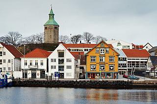 Čtvrté největší město Norska, kde teplota neklesá pod bod mrazu ani vzimě. Stavanger je hostitelem vojsk NATO i příjemných teplot, nachází se totiž na samém jihu země a disponuje i mezinárodním letištěm jen pár mil daleko. Osídlení se tu datuje už do začátku dvanáctého století, dnešní Stavanger...