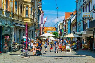 Krásné rakouské město Bregenz, které bychom hledali na hranicích s Německem nebo Švýcarskem. Pravda, bude to sem z Čech přeci jen kus cesty, není to jako výlet do Vídně, ale má své obrovské kouzlo. Rozkládá se na východním břehu Bodamského jezera, vedle včeských dějinách poměrně nechvalně známé...