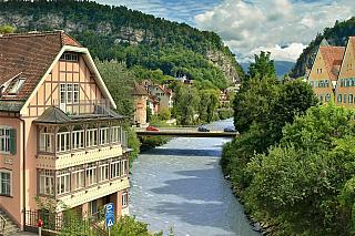Klasické historické město Rakouska, kterému neodolá milovník přírody ani koupání – nachází se totiž nedaleko Bodensee (tedy Bodamského jezera). Žije tu asi třicet tisíc lidí a jde o nejzápadněji položené okresní město moderního Rakouska. Vždyť třeba Švýcarsko je šest kilometrů daleko, zato...