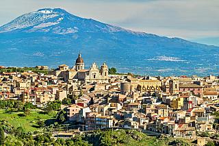 Fakt, že Sicílie skutečně není jen o Palermu, ví snad každý ostřílený cestovatel. Catania (chcete-li počeštěle Katánie) je druhým největším městem tohoto středomořského ostrova, kde se vystřídalo spoustu různých národností a vladařů. Původně řecká osada, která vykvetla do centra pod vládou...