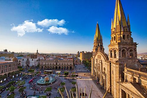 Na světě jsou Guadalajary hned dvě, tu španělskou dnes opomeneme a představíme si mexickou variantu, která samozřejmě dostala jméno od své hispánské kolegyně. Název je přitom zarabského dialektu a znamená prostě řeku, jež proudí uprostřed skalisek. Druhé největší město Mexika má včetně...