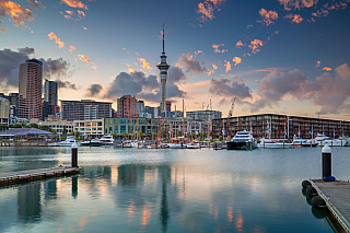 """Pokud někdy uslyšíte pojem """"město plachet a přístavů"""", měl by se vám vybavit Nový Zéland a město Auckland. Ačkoliv se nejedná o hlavní město, tím je na Novém Zélandu Wellington, má největší počet obyvatel, a to více než 1 300 000. Velkou zajímavostí toho města je především to, že se rozkládá na..."""