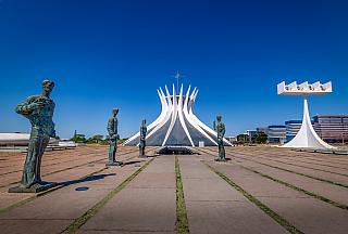 Pokud Vám někdo bude tvrdit, že brazilské město Brasília má podobně jako Bogota či Havana problémy srostoucí kriminalitou, rozhodně jeho tvrzení nevěřte a do tohoto nádherného města se bez obav vydejte. Jedná se o menší město sdvěma miliony obyvatel, které se však nachází na rozloze necelých...