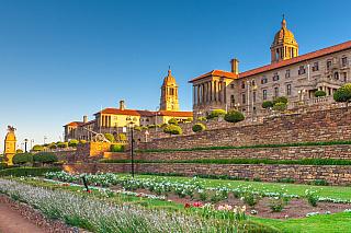 Město Pretoria rozhodně není tak rozsáhlé a moderní jako například Kapské město, na které je Jihoafrická republika právem hrdá, ale je na tom mnohem lépe než chudé město Nairobi, ležící vKeni a lákající také stále větší množství turistů. Přesto že Pretoria nijak obrovská, jedná se o jedno ze...