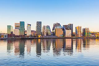 Tak jako jsou Němci hrdi na Berlín, tak jsou obyvatelé Norska hrdí na své hlavní město Oslo. To má vsoučasné době více než 600 tisíc obyvatel. Zajímavostí je právě jeho název, který je dle odborníků odvozen znorského výrazu který vpřekladu znamená buď boží planina, či planina nad ústím řeky....