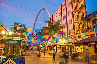 Tijuana je mexické město vbezprostřední blízkosti hranic sUSA, kde skoro neprší a kde se také poprvé objevil talent slavného hudebníka Carlose Santany. Více než půl druhého milionu obyvatel, průmyslové centrum dnešního Mexika. Ale pozor, není všeho zlato, co se třpytí. Přinejmenším ještě...
