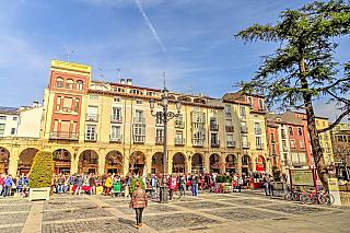 Logroňo je město v severním Španělsku ležící na řece Ebro. Je hlavním městem autonomní oblasti La Rioja. Jde o obrovské město s téměř 200 tisíci obyvateli. Tato oblast je nejznámější pro svoje víno, ale vyrábějí se zde také jiné věci. Víno Rioja je ale neznámější. V blízkosti se nachází město...