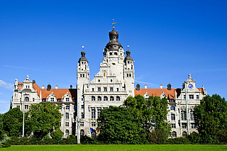 Půlmilionové město, jedno zcenter někdejší NDR, nacházející se poměrně nedaleko českých hranic. Leipzig, chcete-li Lipsko, nabídne mnoho zajímavého. Původně slovanská osada dostala brzy německý ráz, a to i díky založení Lipské univerzity, která znamenala velkolepý rozkvět už vpatnáctém...