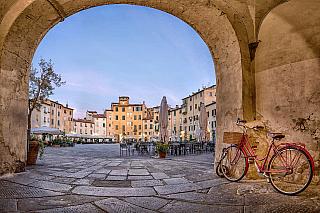 Lucca, kde se narodil proslulý Giacomo Puccini, prostě musí mít ještě něco originálního. A proč by to nemohlo být právě třeba kulaté náměstí, trochu netradiční – zato obsypané útulnými kavárnami nebo butiky, takže si ani nevzpomenete na slova průvodce, že právě tady někde měl být krutý římský...