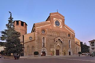 Dřív tu bylo divadlo, ale církev rozhodla jinak – prkna, která znamenají svět nesmí být v sousedství katedrály v Udine a je třeba tu vystavět něco úplně jiného. Daniele Dolfin odkoupil divadlo Mantica, vystavěné v roce 1680 a v polovině století osmnáctého zde vytvořil posvátné místo katolické...