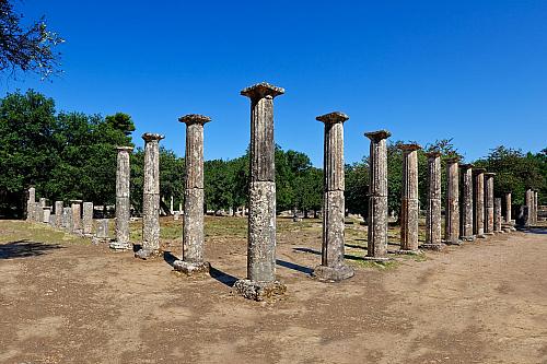 V průběhu druhého tisíciletí před naším letopočtem se objevují první obyvatelé, kteří sídlili vté oblasti, kde později sídlila známá Olympia, která je dnes velmi významných archeologickým nalezištěm, podobně jako třeba Delfy. Samozřejmě Řecko má podobných oblastí velmi mnoho, ale právě Olympia...