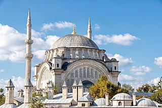 Město plné odkazů na někdejší řeckokatolickou minulost je už více než pět století pod vládou muslimů. I ti zde samozřejmě zanechali spoustu historických památek, jednou znich je třeba mešita Nuruosmaniye. Byzantion, Konstantinopol, Cařihrad, Istanbul – vyberte si podle chuti, všechny názvy jsou...